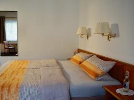 Dreibettzimmer mit Terrasse Gartenseite